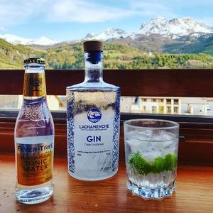 Gin Tonic #lachanenche : 4 à 5 cl de Gin Lachanenche 10 cl de Tonic Water Fever Tree 1 zeste de citron de vert 4 à 5 glaçons  Simple à realiser pour laisser s'exprimer le caractère du genièvre de l'Ubaye 🙂  #ginbio #ubaye #aperitif #gintonic #gin #mountainspirit #frenchalps #purealpes #distillerie #craftdistillery