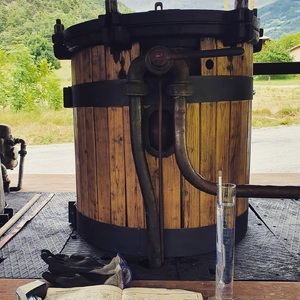 Distillation de #gin en cours avec les baies de genièvre de la @ubaye_vallee_france 👌  #distillerie #ginbio #distillerie #lachanenche #purealpes #alambic #spiritueux #gintonic