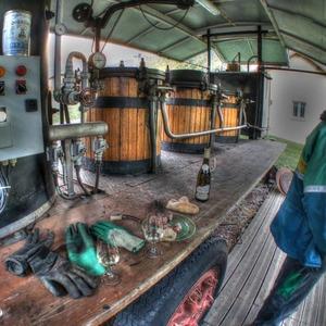 Lors de la distillation il faut savoir aussi s'accorder des pauses ⚗🍷 📷 @saamgil  #distillerie #alambic #artisanat #craftdistillery #ubaye #Lachanenche #cassecroute #spiritueux #mountainspirit