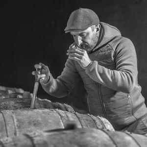 Objectif #whisky 2022 Les premiers tests ont débuté. De beaux profils aromatiques se révèlent... il va falloir se remonter les papilles 😛  📷 @lenaturographe  #distillerie #spiritueux #whiskyfrancais #artisanat #alambic #barrique #lachanenche #purealpes #ubaye