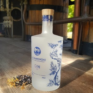 La toute nouvelle bouteille de Gin réalisée par @jfbrac !! Nous avons voulu garder l'identité originelle tout en proposant un graphisme plus abouti et plus percutant.  ➡️ Mission accomplie !! Merci Johan 👌  #ginbio #gin #lachanenche #packaging #distillerie #frenchgin #purealpes #ubaye #distillation #artisanat