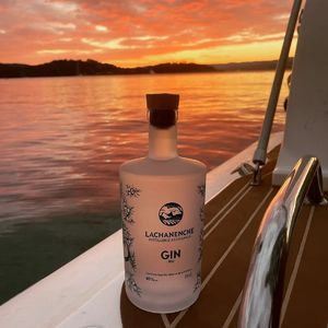 Notre gin quelque part en Méditerranée... On adore !! 😍 Merci Adrien pour cette belle photo !! On vous souhaite une bonne dégustation 🍸 Mais ça devrait bien se passer 😏  #gin #lachanenche #gintonic #distillerie #sunset #mediterranee #ginbio #yatch #spiritueux #frenchgin #ginfrancais #artisanat