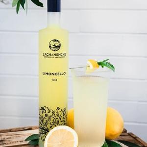 L' été est bel et bien là !!  En collaboration avec @ciboulette_archives , nous souhaitons vous proposer un cocktail très rafraîchissant pour vos soirées de vacances.  UBAYE SUNSET Ingrédient: 5cl de limoncello - 2cl de sirop de basilic - 20cl d'eau gazeuse  Garniture: 1 tête de basilic - 1 quartie de citron  Étapes:  1. Versez le limoncello et le sirop de basilic dans un shaker. 2. Ajoutez les glaçons puis secouez vigoureusement. 3. Filtrez dans un verre rempli de glaçons puis allongez avec l'eau gazeuse. 4. Garnir avec une tête de basilic et un quartier de citron.  📷 @ciboulette_archives   #limoncello #cocktail #summercocktail #lachanenche #ubaye #purealpes #citronbio #mixologie #distillerie #spiritueux